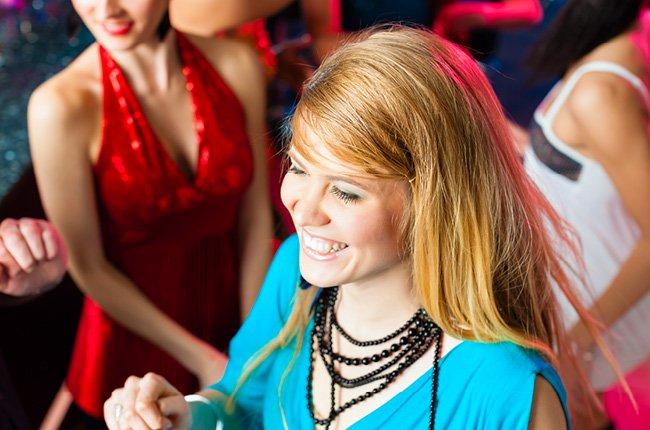 Jeune fille souriante à un événement