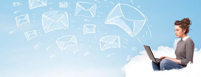 Jeune femme qui envoie des e-mails