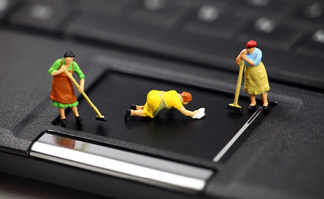 Figurines qui nettoient un ordinateur